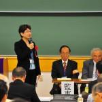 定期総会で挨拶する新谷法学部長