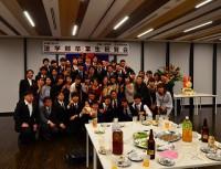 祝賀会もお開きとなり共に学んだ仲間が記念写真